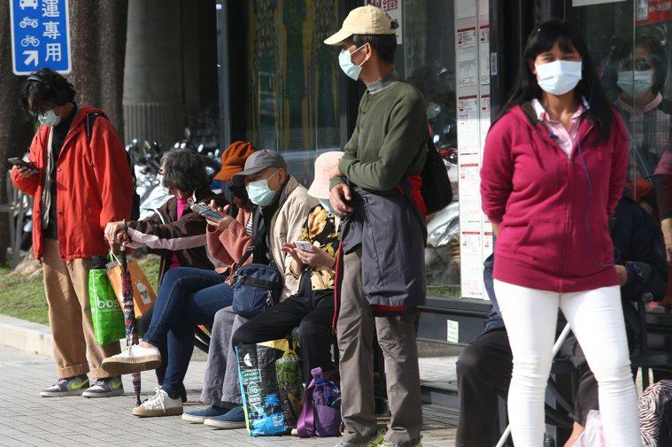 新冠肺炎肆虐全球,許多民眾外出都戴上口罩。記者蘇健忠/攝影