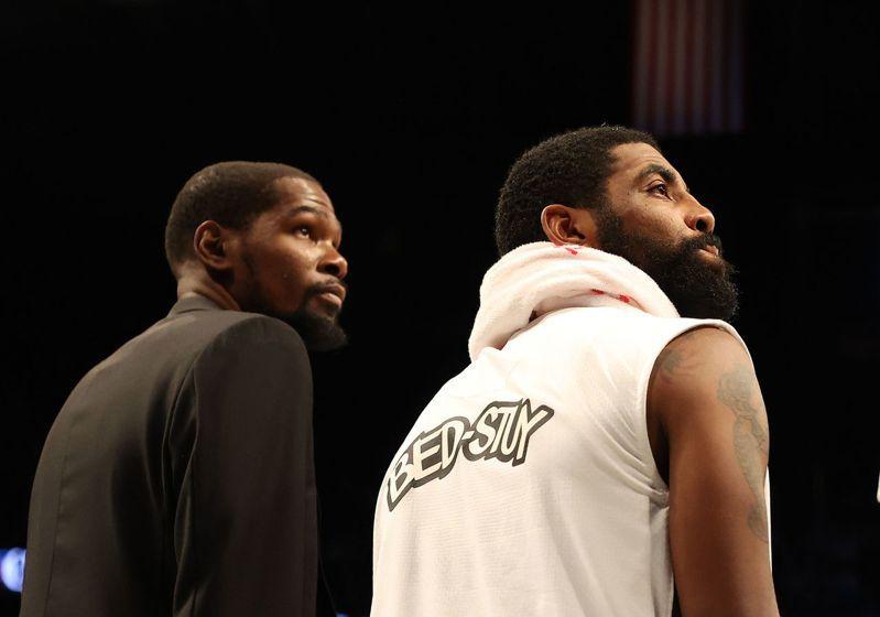 厄文(左)整季報銷、KD(右)也確定不會在本季復出,籃網能打進季後賽嗎? 法新社
