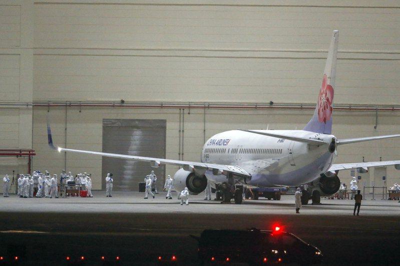 從日本撤僑包機晚上返抵桃園機場,飛機被拖進台飛維修廠棚内。 記者鄭超文/攝影