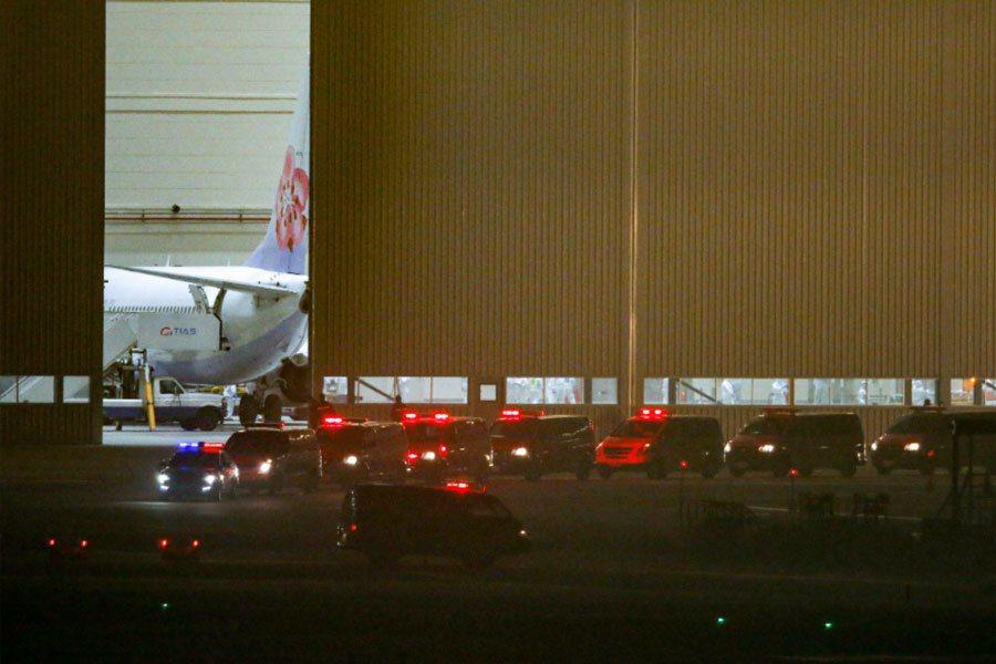 鑽石公主號撤僑包機機上旅客全都下機後,由救護車載送至醫院進行檢疫。記者鄭超文/攝影