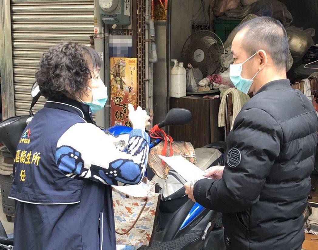 台中市民(右)解除居家隔離,衛生所人員(左)立即關懷健康。圖/台中市新聞局提供