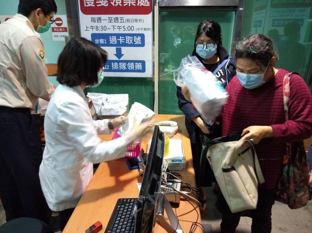 台中市一名居家隔離患者皮膚病無法就診,無法由家人代為拿藥,只能買藥膏塗抹。圖為台...