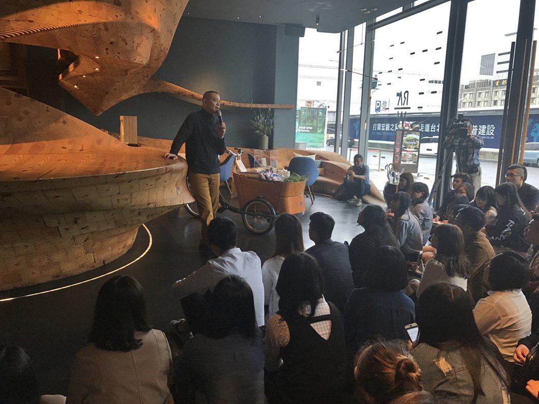 國際名廚、亞大休憩系講座教授江振誠在台北RAW餐廳為亞大學生上課,講授經營餐廳的...