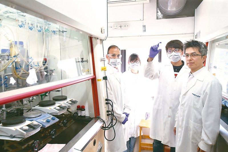 中研院化學所副研究員陳榮傑(右一)上午出席中研院記者會,說明七人團隊兩周合成百毫克級瑞德西韋的過程,並開放中研院化學所實驗室,陳榮傑特別稱許幕後工作人員。 記者蘇健忠/攝影