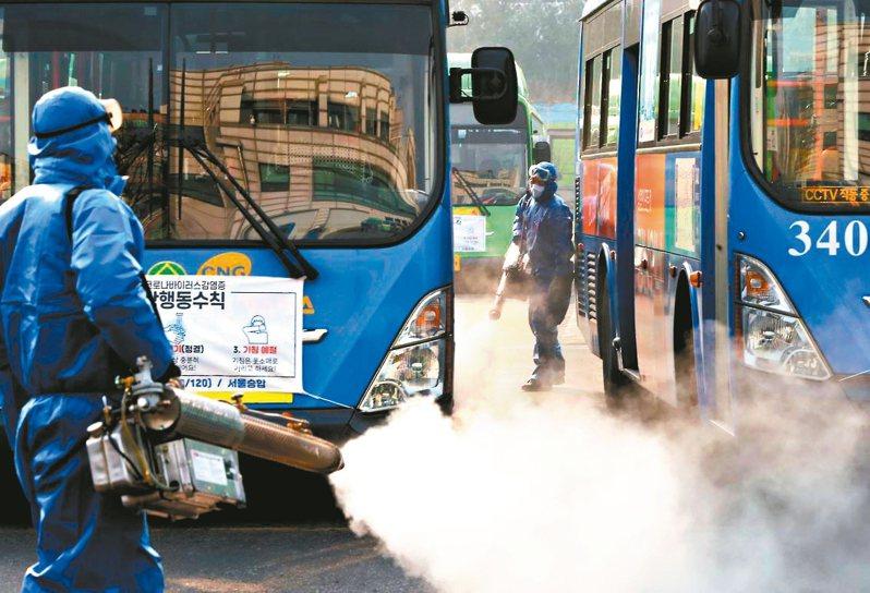 南韓政府今日指定大邱市和慶尚北道清道郡為傳染病「特別管理地區」,南韓消毒人員20日在首爾一處巴士總站噴灑消毒劑。 法新社