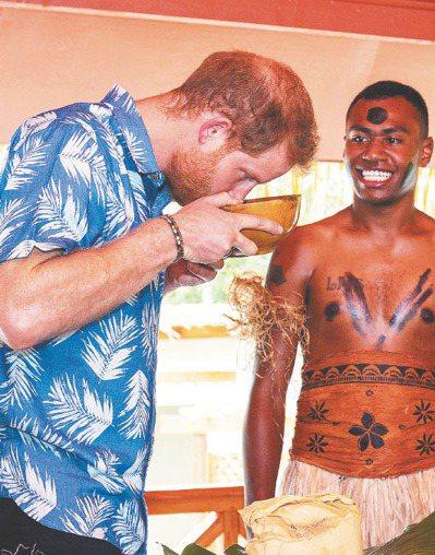 卡瓦是太平洋島國的特色飲料,連英國哈利王子(左)到訪斐濟時都曾品嘗。 美聯社