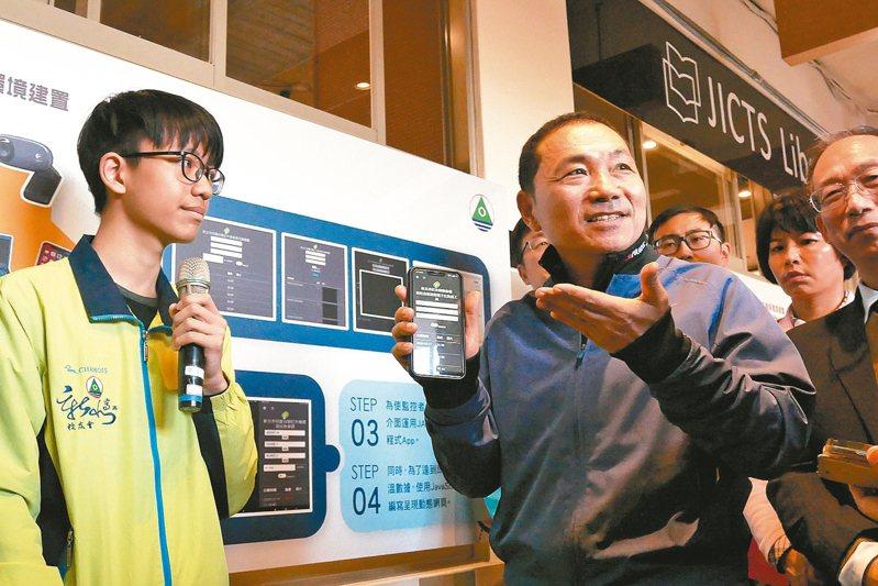 新北高工技職國手學生向市長侯友宜介紹紅外線熱像儀軟硬體設計原理。 圖/新北市政府提供