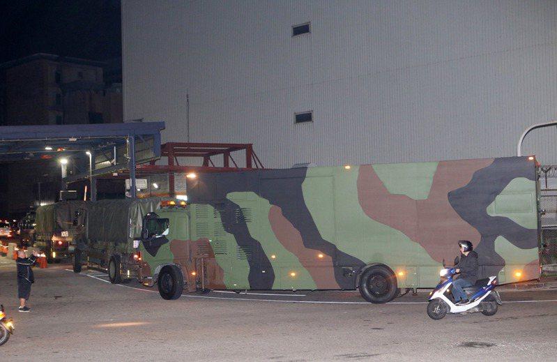 衛生福利部調用的救護車與國軍化學車於晚間7時30分前已陸續就位,將協助現場防疫處理。圖/中央社