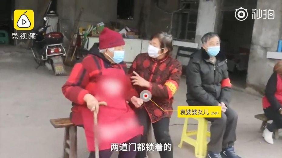 袁婆婆(左)舉報她的女兒(右)秘密在麻將館聚眾,最後令女兒明白疫情的重要性。(梨視頻截圖)