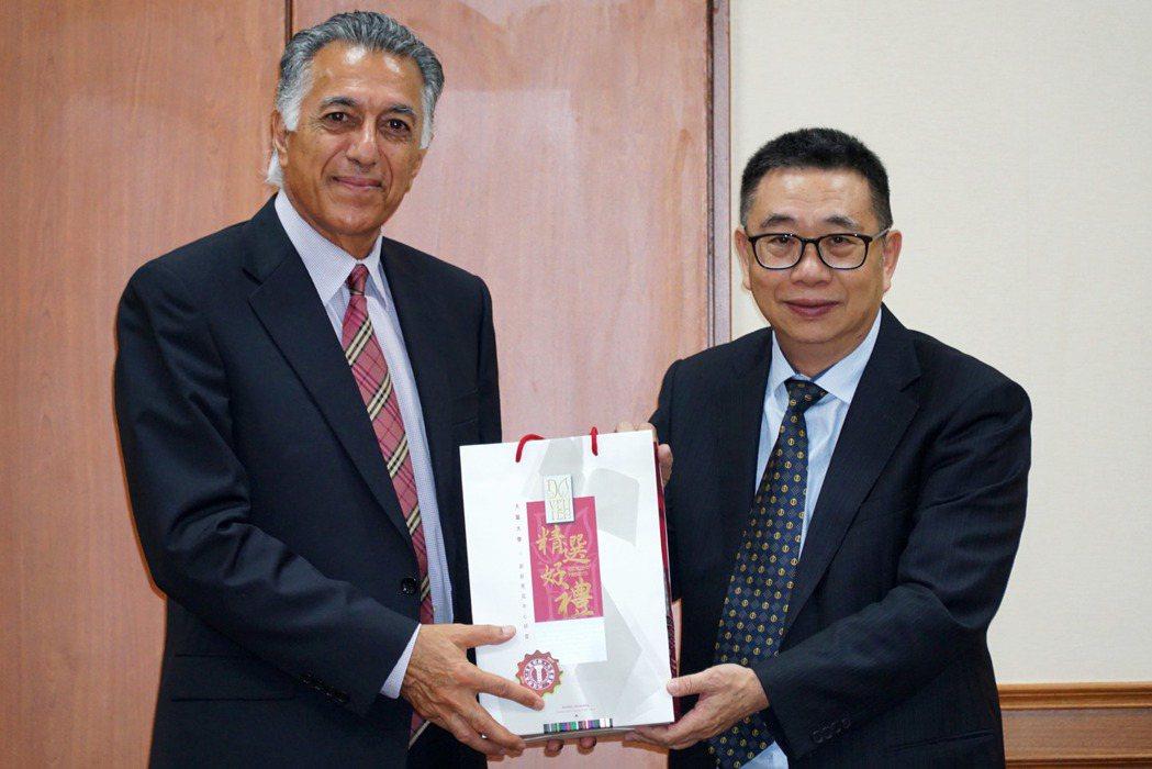 大葉大學校長梁卓中(右)積極推動國際知名學府合作。 大葉大學/提供。