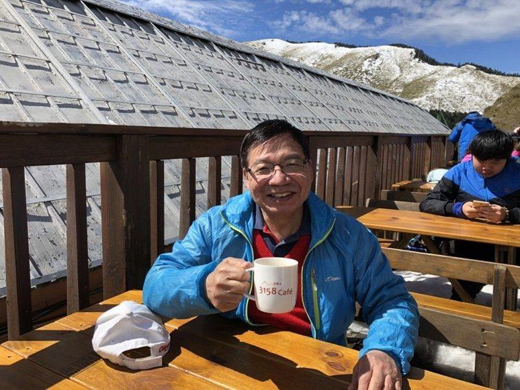 張金堅每天喝3杯咖啡,強調過量也會造成身體負擔。圖為在海拔3158公尺的合歡山上...