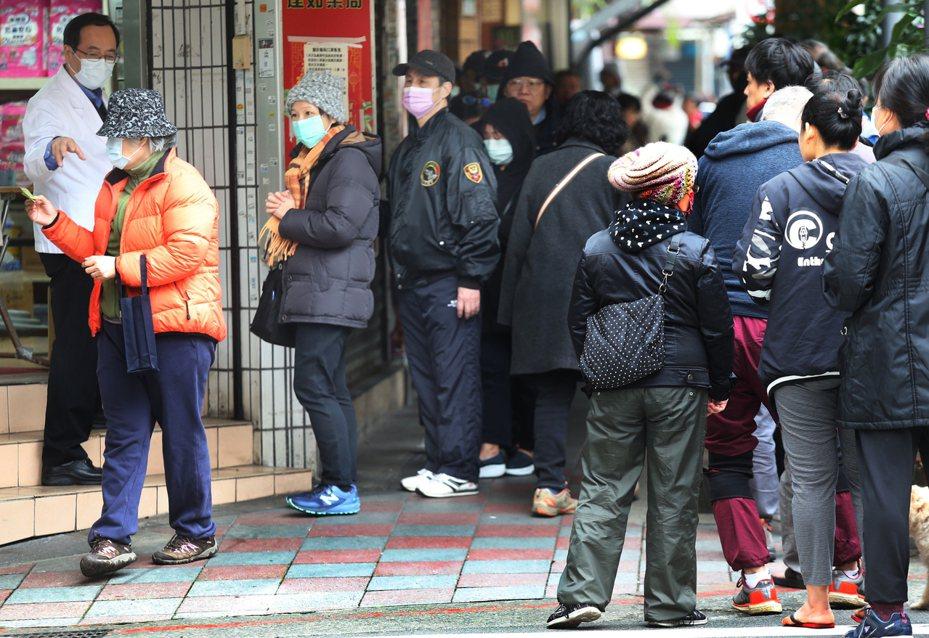 新冠肺炎期間有許多民眾排隊買口罩。圖為資料照。 記者曾學仁/攝影