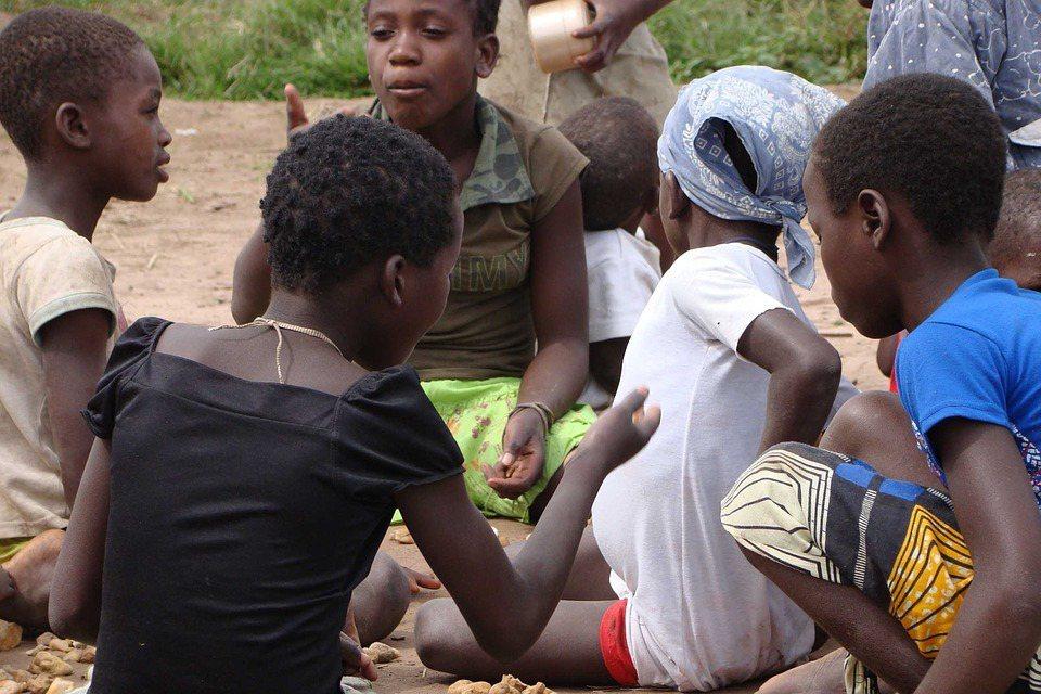 有句非洲的俚語說:「扶養一個孩子,需要一整個社區的力量。」圖為示意圖。 圖/pi...