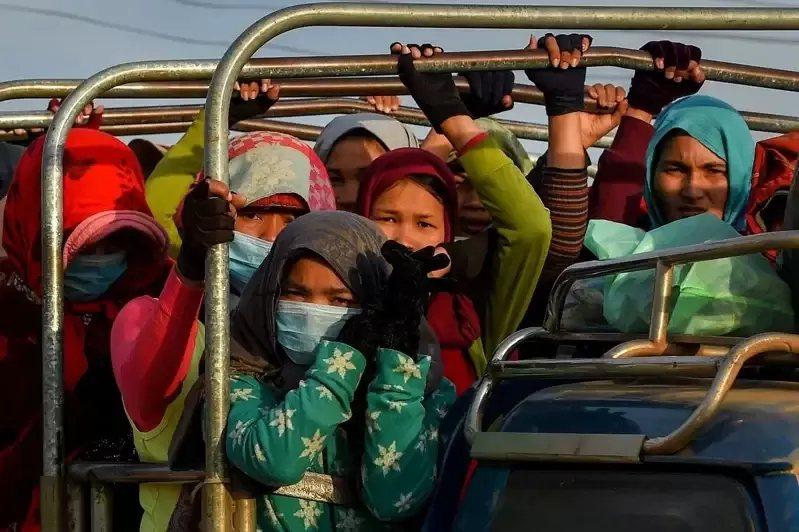 柬埔寨服飾廠工人每天活在通勤車禍的恐懼中。 圖/法新社