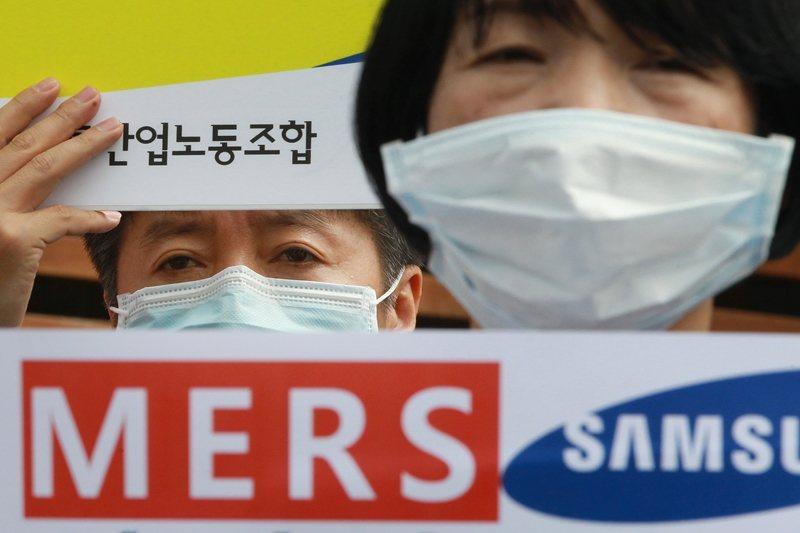 當時的三星首爾醫院並沒有負壓隔離病房,並沒有能力對付MERS。圖為工會成員抗議三星首爾醫院防疫失控。 圖/美聯社