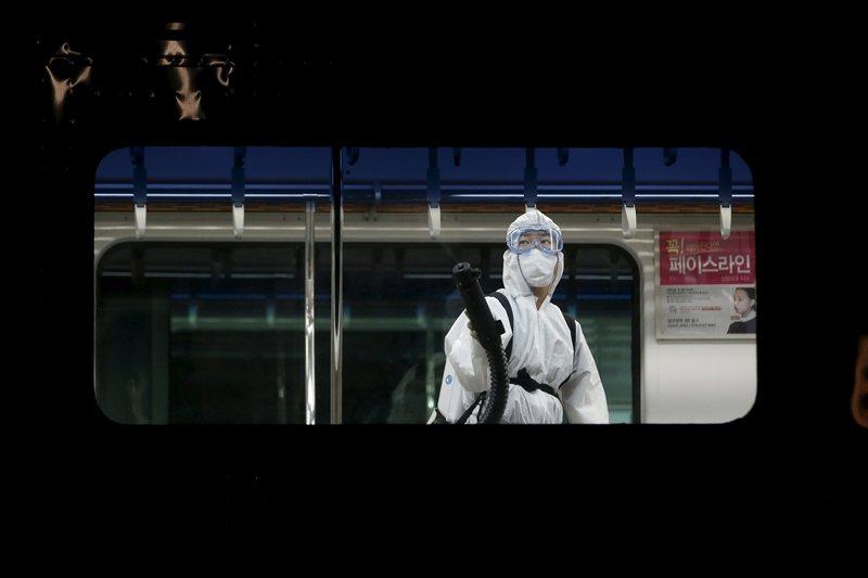 面對目前冠狀病毒疾病,韓國社會自然地聯想到五年前發生的MERS事件。圖攝於2015年,南韓地鐵。 圖/路透社