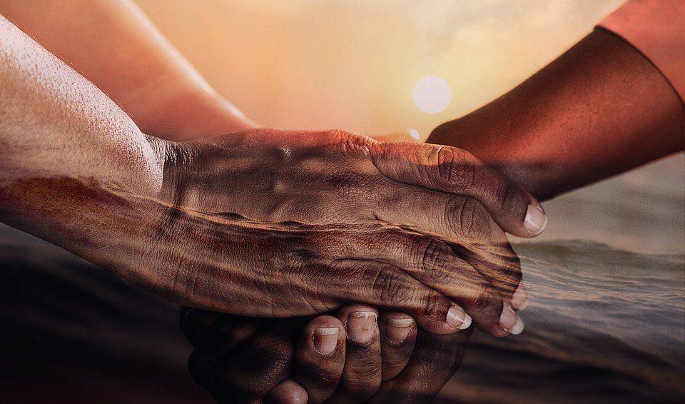 想看見當地人的需求,就必須彎下腰來,首先成為「他們的朋友」。 圖/Pixabay