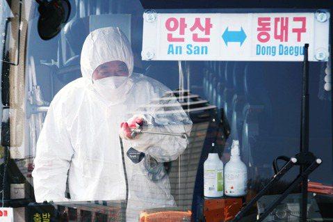 南韓爆發的武漢肺炎(COVID-19)社區感染疫情,21日上午再度通報了52起新...