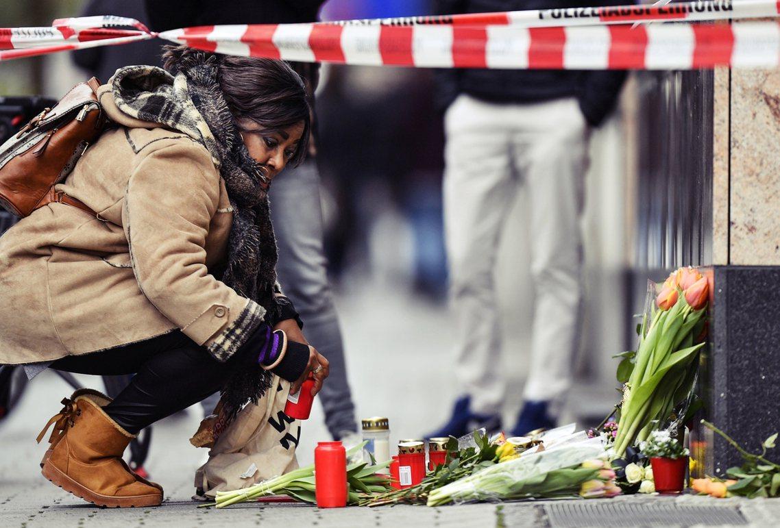 哈瑙槍擊案也牽扯出不同的媒體倫理難題——應該搶快公布尚未經過完全核實的質疑,吸引...