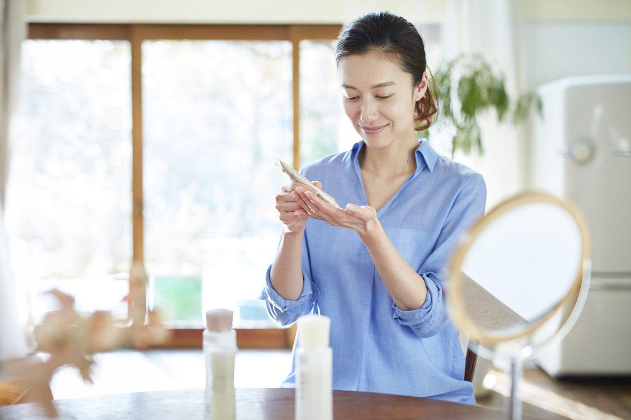 搭配正確的手勢與力道,讓熟齡肌保養更有效率。 圖/朵茉麗蔻提供