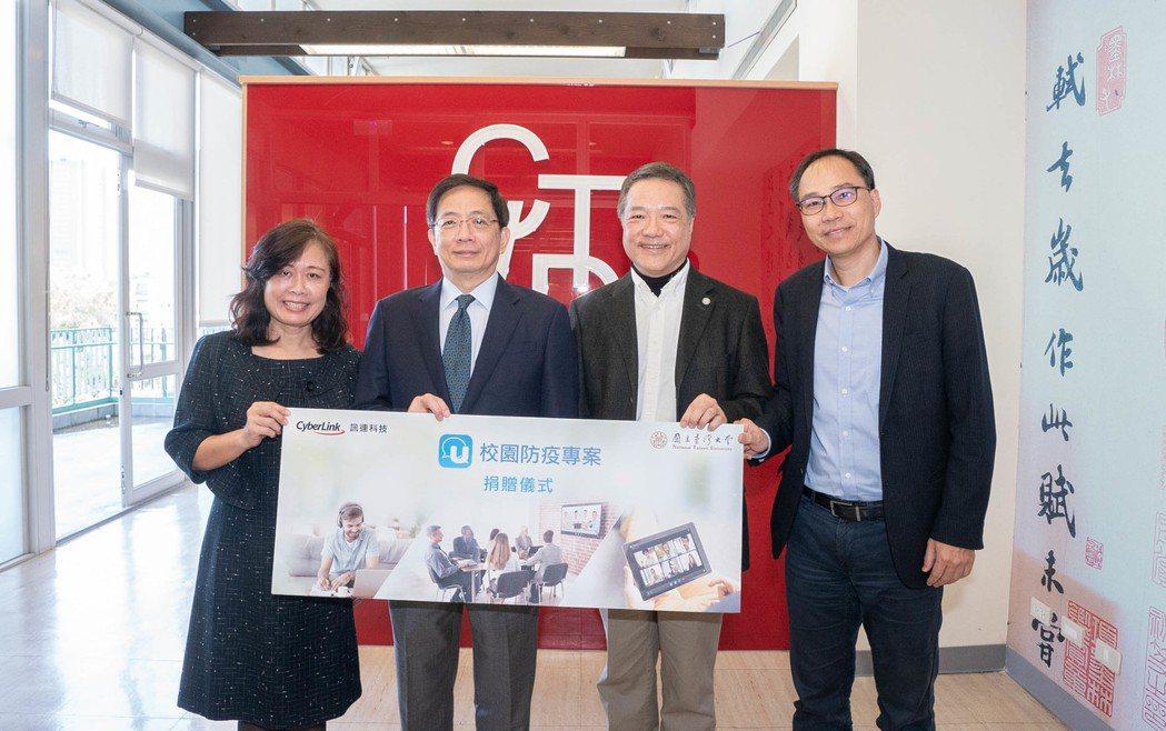 台灣大學校長管中閔(左二起)、訊連科技執行長黃肇雄為見證此次捐贈計畫。 訊連科技...