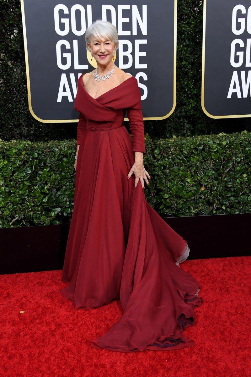 海倫米蘭穿搭配古典領口剪裁的長袖禮服,溫暖的莓紅色讓配上白髮非常有氣質,更選擇將...