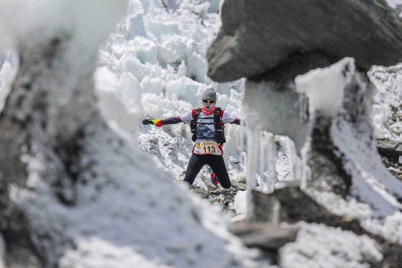 跑在昆布冰河上的聖母峰馬拉松。 圖/陸承蔚提供,photo by Anuj Ad...