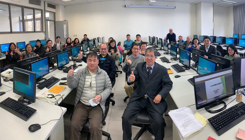 中國科大校長唐彥博(前排右)勉勵教師充電學習。 校方/提供