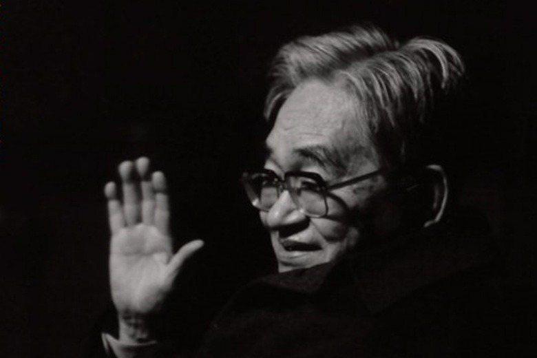 鶴見俊輔的著作帶給日本戰後的言論思想界很大影響。圖為《日本人は何を捨ててきたのか 思想家・鶴見俊輔の肉声》書封。 圖/取自亞馬遜日本