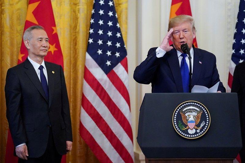 1月15日,美國總統川普與中國國務院副總理劉鶴簽下《第一階段貿易協議》。 圖/路透社
