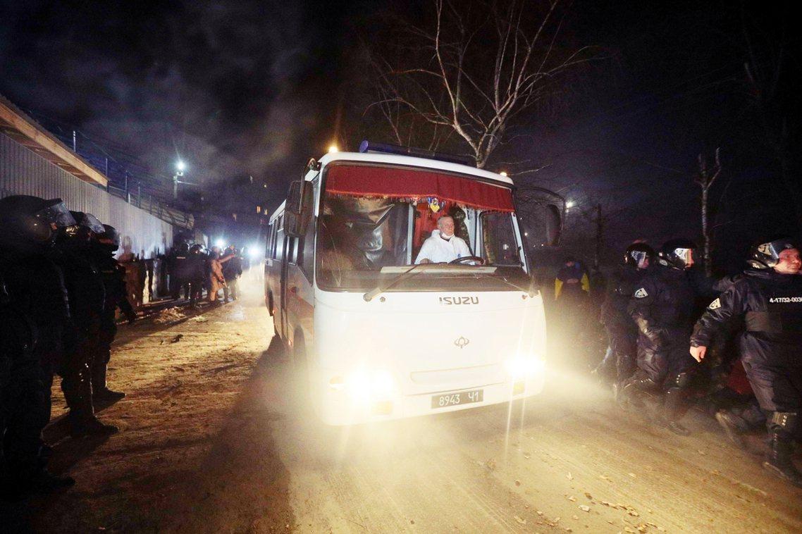 飽受驚嚇後,終於進入隔離中心的82名被隔離者,卻也發現了烏克蘭政府「根本沒有整備...