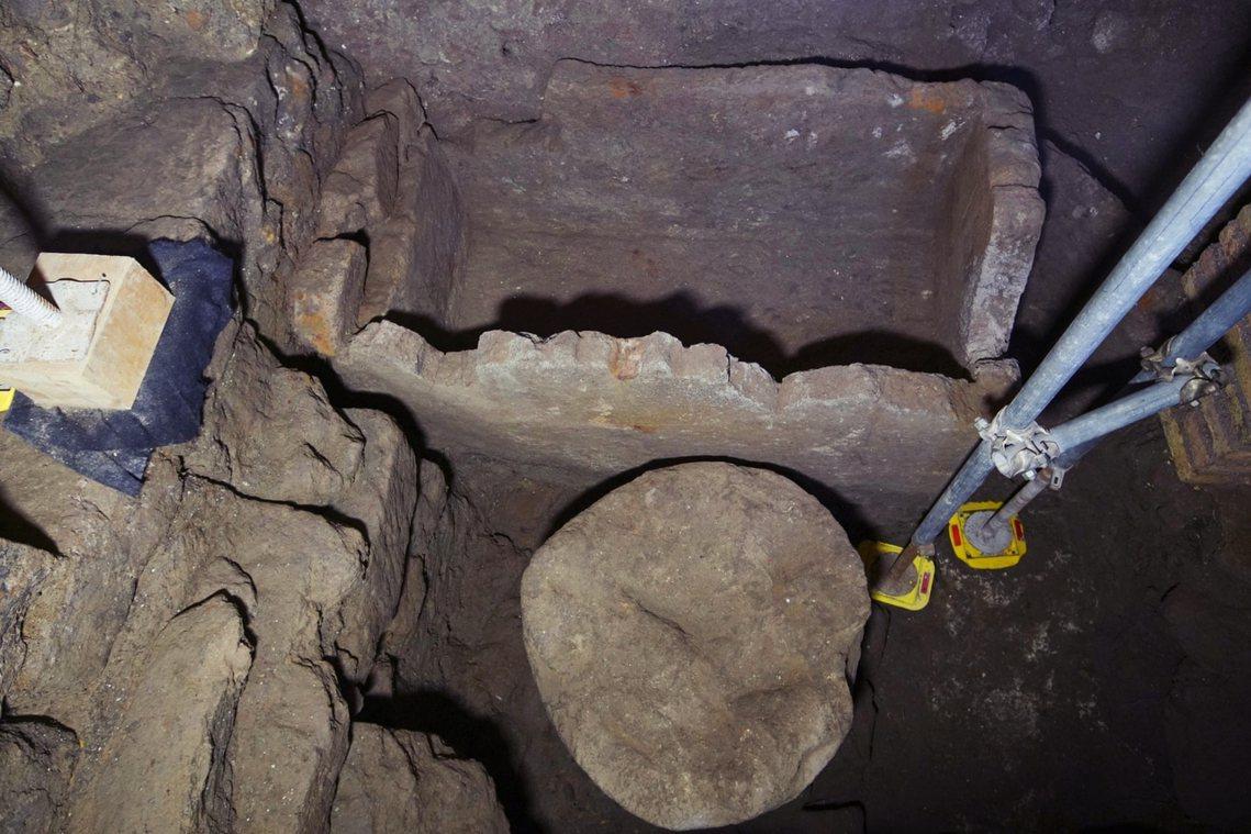 考古團隊發現了石灰岩棺材和圓形小祭壇,推估年代約為西元前6世紀,這與羅穆盧斯相傳...