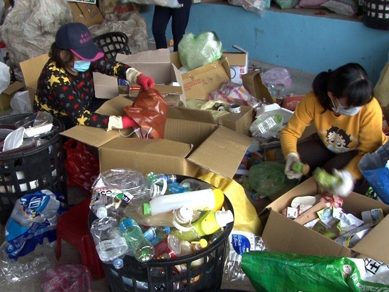 雙溪區平林里每週四與志工一同做資源回收分類,聞不到垃圾味,卻有陣陣廚房料理香味傳來,提醒著中午的快樂聚餐將到來。 圖/觀天下有線電視提供