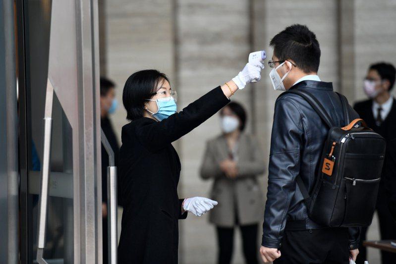 現居加拿大多倫多、尋求庇護的一名36歲中國籍男子,以新冠肺炎疫情肆虐使他面臨嚴重風險為由,要求暫緩遣返,但法官沒採信。圖為廣東深圳辦公大樓為了防疫,替出入人員量體溫。新華社