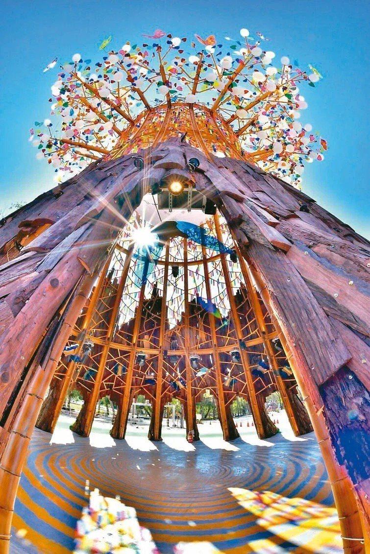 2020台灣燈會在台中市后里森林園區展出,展期到2月23日止,今年的主燈以融合在地生態特色景觀的「森生守護-光之樹」為主題意象。 圖/觀光局提供