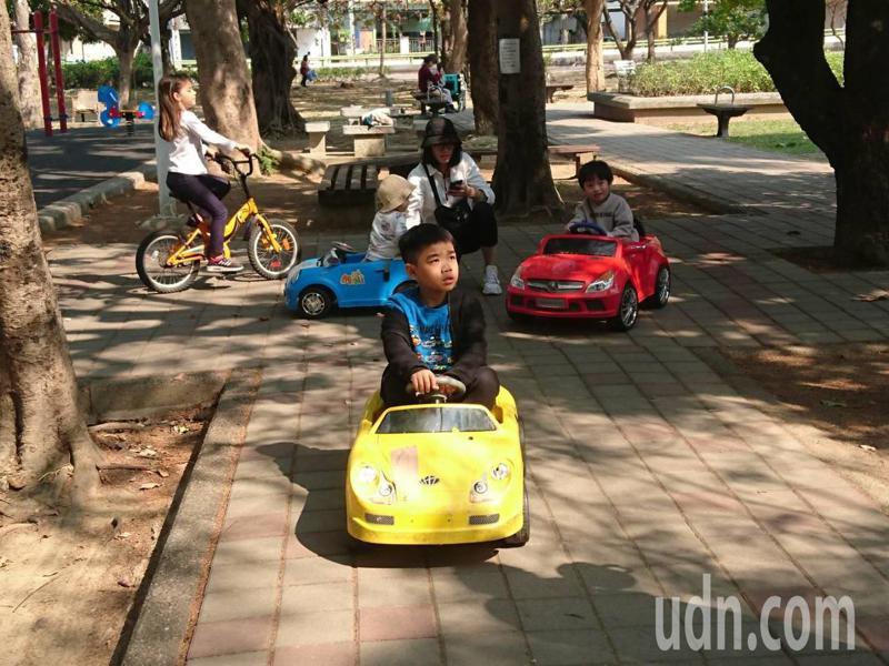 家長提供玩具電動車,讓小朋友快樂享受駕駛樂趣。記者鄭惠仁/攝影