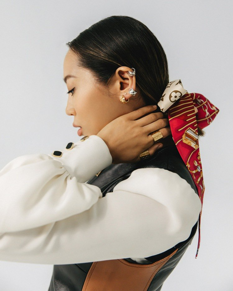 Aimee Song將路易威登絲巾作為髮帶。圖/LV提供