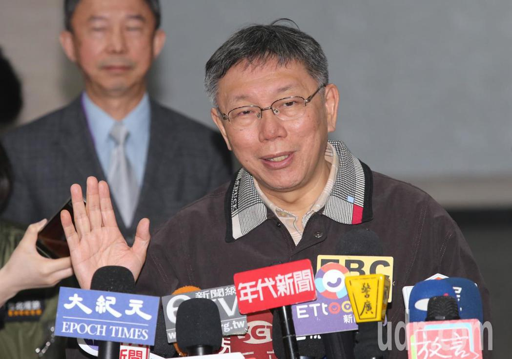 台北市長柯文哲上午受訪被問到是否贊成延後開學時表示,還是看教育部怎麼做,如果教育...