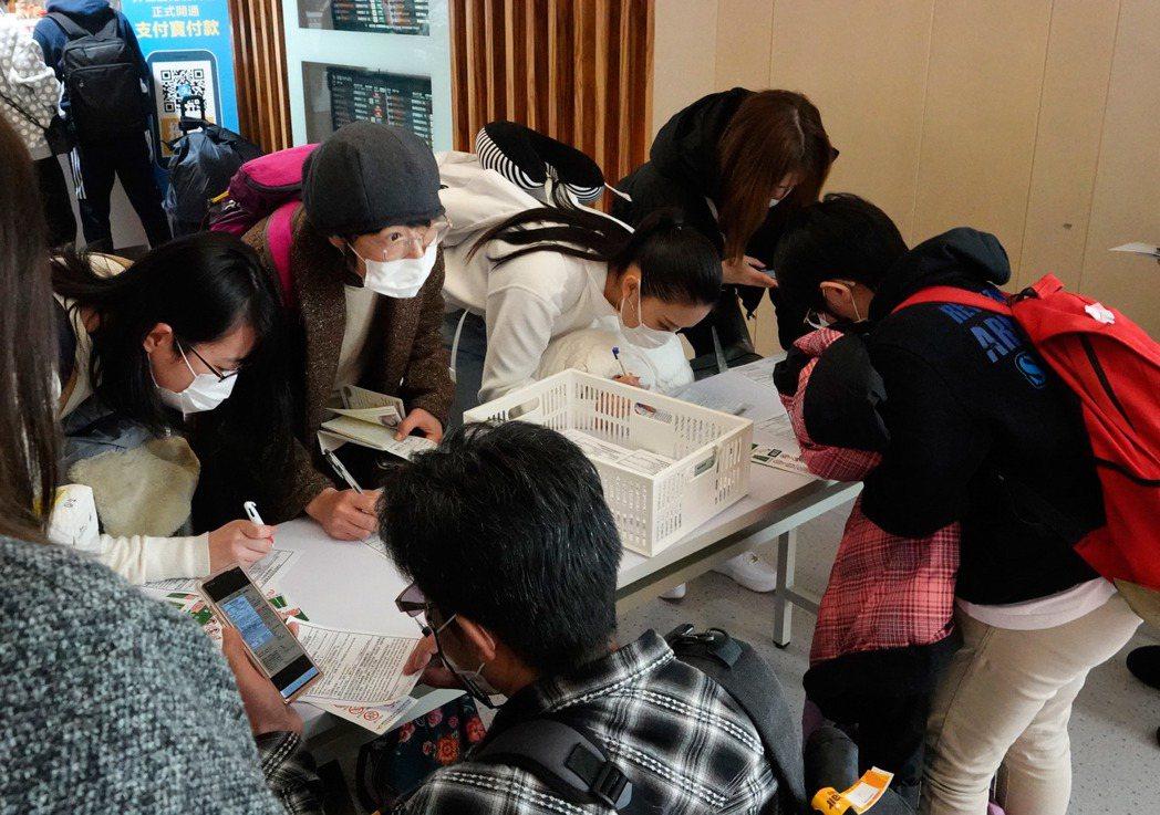 所有入境旅客在機場都必須填寫健康聲明卡。本報資料照片