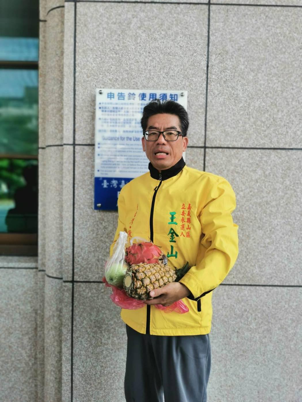 王金山當時提告認為,鳳梨、香蕉、紅龍果、芭樂、金桔、檸檬等6樣水果,打成精力湯換...