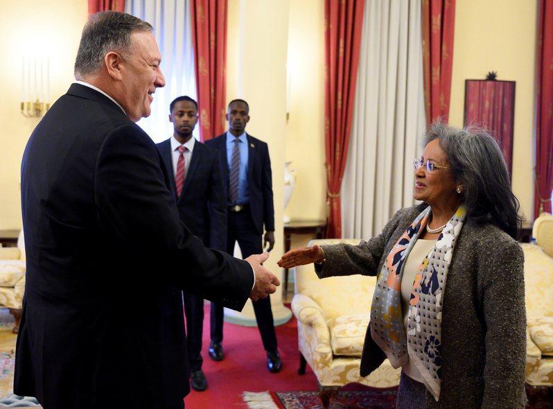 美國國務卿龐培歐(左)18日在衣索比亞首都阿迪斯阿貝巴,與衣國總統祖德會晤。路透