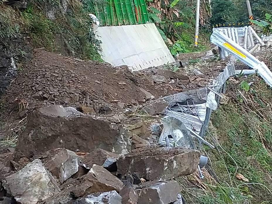 苗栗縣南庄鄉鹿場部落的風美道路前年受災,修復工程最近完工並訂今天驗收,不料天清晨7點多竟又發生大坍方毀損。圖/楊文昌提供