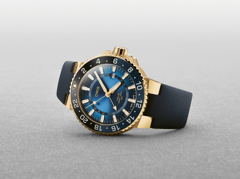 ORIS,卡里斯福特礁限量潛水腕表,18K黃金,43.5毫米,時間顯示,兩地時間顯示,防水300米,全球限量50只,50萬元。圖 / ORIS提供。