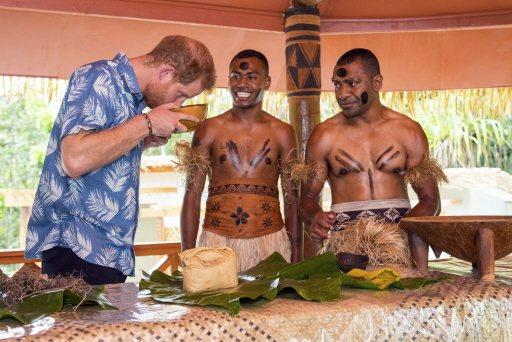 卡瓦是太平洋島國的特色飲料,連英國哈利王子(左)到訪斐濟時都曾品嘗。美聯社