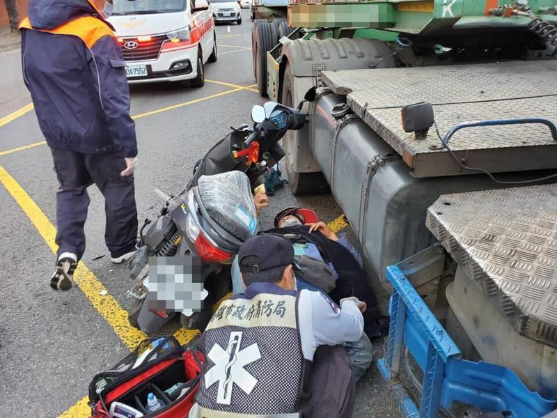 葉姓男子連撞聯結車,救護員正搶救他。不少人今天自網路看到肇事影片,知道他沒送命,稱他「命大」。圖/翻攝自臉書「路安專案」