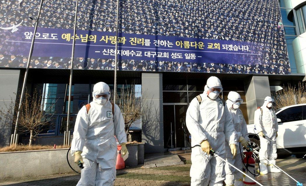 消毒公司的工作人員19日在南韓大邱的新天地大邱教會外進行作業。南韓新冠肺炎確診病...