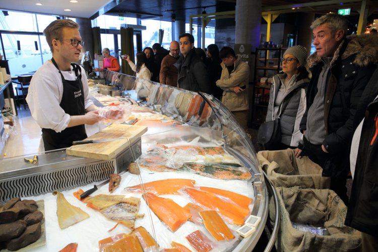 挪威當地喜歡食用3~5公斤大小的鮭魚,台灣則喜歡7公斤以上的規格。記者陳睿中/攝...