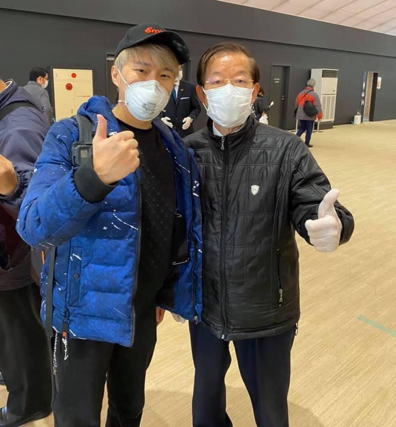 駐日代表謝長廷今在臉書與乘客和魔術師陳日昇合照,表示共有19位乘客會包機回台灣。圖/擷取自謝長廷臉數