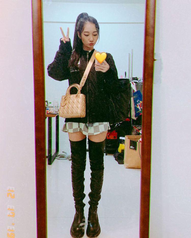 吳卓源詮釋Lady Dior包款。圖/取自IG