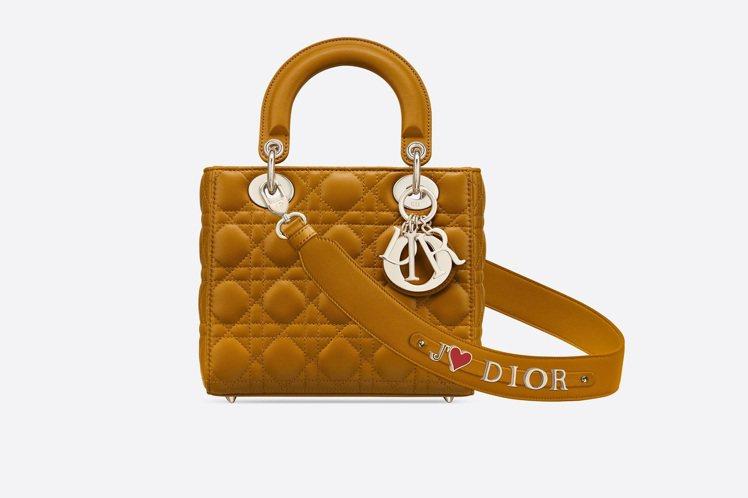 My ABCDior琥珀黃籐格紋小羊皮提包搭配客製化掛飾背帶,售價13萬元。圖/...